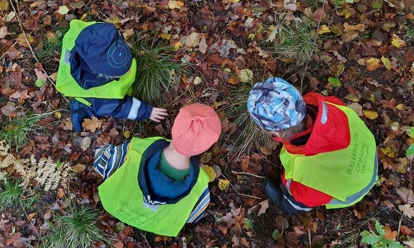 barn i skogen på hösten